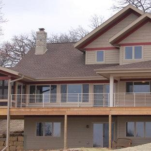 Foto de fachada beige, ecléctica, grande, de tres plantas, con revestimiento de vinilo y tejado a doble faldón