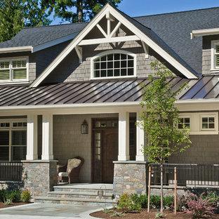 Foto della facciata di una casa grigia classica a due piani con rivestimento in legno, tetto a capanna e copertura mista