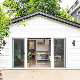 На фото: одноэтажный, белый многоквартирный дом в морском стиле с облицовкой из ЦСП, двускатной крышей и крышей из гибкой черепицы с