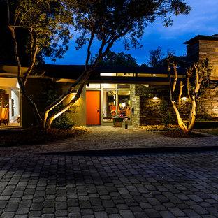 Imagen de fachada gris, vintage, extra grande, de dos plantas, con revestimiento de estuco y tejado plano