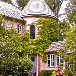 Foto della facciata di una casa rosa classica a due piani