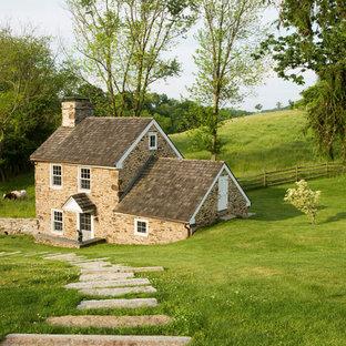 Idee per la facciata di una casa unifamiliare piccola beige country a due piani con rivestimento in pietra, tetto a capanna e copertura a scandole