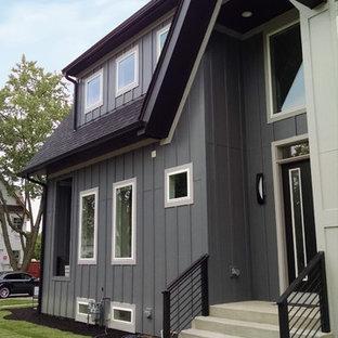 シカゴの北欧スタイルのおしゃれな家の外観 (コンクリート繊維板サイディング、黒い外壁、混合材屋根) の写真