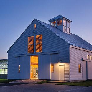 Diseño de fachada blanca, campestre, grande, de una planta, con tejado a dos aguas y revestimiento de madera