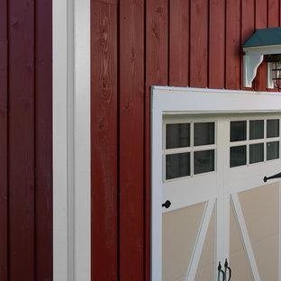 Immagine della facciata di una casa rossa country a due piani di medie dimensioni con rivestimento in legno