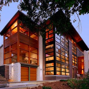 Modelo de fachada de casa marrón, vintage, de tres plantas, con revestimiento de ladrillo y tejado de metal