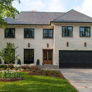 ワシントンD.C.のトランジショナルスタイルのおしゃれな家の外観 (漆喰サイディング、ベージュの外壁) の写真