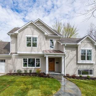 Пример оригинального дизайна: серый дом среднего размера в стиле современная классика с разными уровнями, комбинированной облицовкой и двускатной крышей