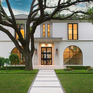 Foto della villa grande bianca contemporanea a due piani con rivestimento in stucco, tetto a padiglione e copertura in tegole