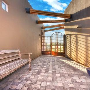 Mittelgroßes, Zweistöckiges, Braunes Eklektisches Haus mit Lehmfassade und Flachdach in Phoenix