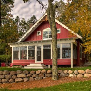 ミネアポリスの中くらいの北欧スタイルのおしゃれな家の外観 (コンクリート繊維板サイディング、赤い外壁) の写真