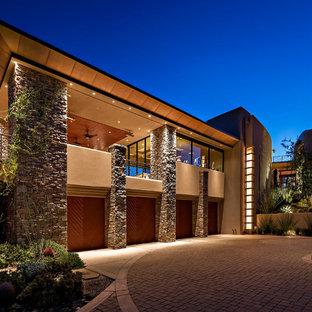 Réalisation d'une grand façade en pierre beige sud-ouest américain à un étage.
