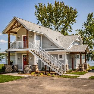 Zweistöckiges, Graues Maritimes Einfamilienhaus mit Holzfassade, Satteldach und Schindeldach in Minneapolis