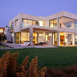 Modelo de fachada de casa gris, costera, grande, de dos plantas, con revestimiento de hormigón y tejado plano