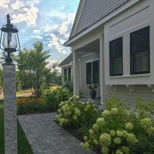 ボストンのカントリー風おしゃれな家の外観 (コンクリート繊維板サイディング、緑の外壁、切妻屋根、アパート・マンション、板屋根) の写真
