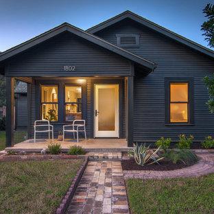 Cette image montre une petit façade de maison noire nordique de plain-pied avec un toit à deux pans et un toit en shingle.