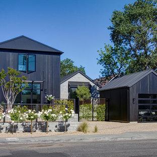 サンフランシスコのカントリー風おしゃれな家の外観 (木材サイディング、黒い外壁) の写真