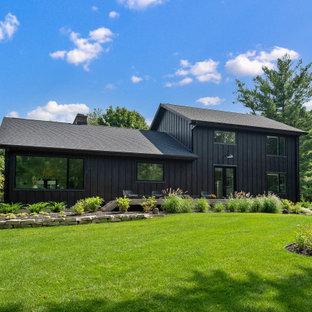 Идея дизайна: большой, двухэтажный, черный частный загородный дом в стиле модернизм