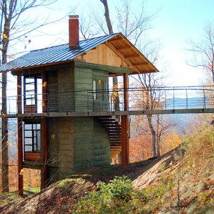 Diseño de fachada verde, rural, pequeña, de dos plantas, con revestimiento de hormigón, tejado a dos aguas y tejado de metal