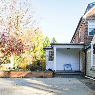 Idee per la facciata di una casa unifamiliare rossa classica a due piani di medie dimensioni con rivestimenti misti, tetto a capanna e copertura mista
