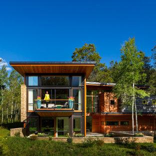デンバーのコンテンポラリースタイルのおしゃれな家の外観 (木材サイディング) の写真