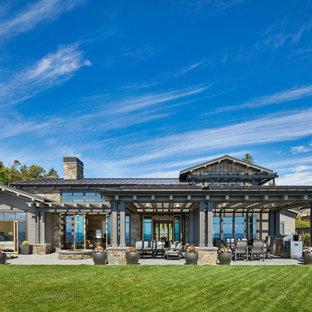 Пример оригинального дизайна: двухэтажный, серый частный загородный дом в стиле современная классика с двускатной крышей, металлической крышей и серой крышей