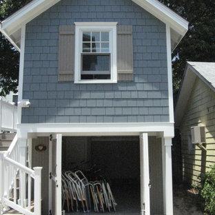 Foto de fachada gris, costera, pequeña, de dos plantas, con revestimiento de aglomerado de cemento