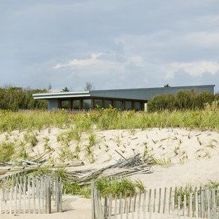 Diseño de fachada de casa gris, minimalista, pequeña, de una planta, con revestimiento de hormigón, tejado plano y tejado de teja de madera