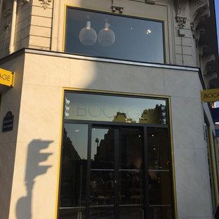パリのコンテンポラリースタイルのおしゃれな家の外観 (漆喰サイディング、ベージュの外壁、アパート・マンション、混合材屋根) の写真