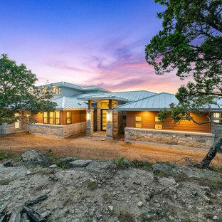 Стильный дизайн: двухэтажный, оранжевый частный загородный дом среднего размера в стиле кантри с комбинированной облицовкой и металлической крышей - последний тренд