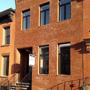 Неиссякаемый источник вдохновения для домашнего уюта: трехэтажный, кирпичный, коричневый таунхаус среднего размера в классическом стиле с плоской крышей