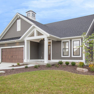 グランドラピッズのカントリー風おしゃれな家の外観 (ビニールサイディング、グレーの外壁、アパート・マンション、混合材屋根) の写真