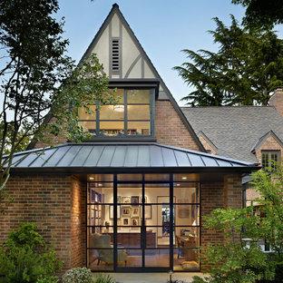 Modelo de fachada tradicional, de dos plantas, con revestimiento de ladrillo