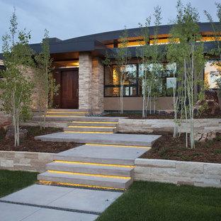 Cette photo montre une façade de maison tendance à un étage.