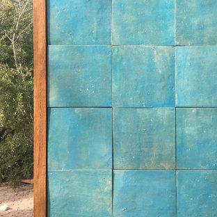 Ejemplo de fachada de casa azul, marinera, con tejado plano