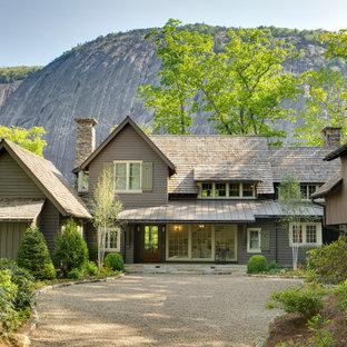 シャーロットのカントリー風おしゃれな家の外観 (木材サイディング、ブラウンの屋根、下見板張り) の写真