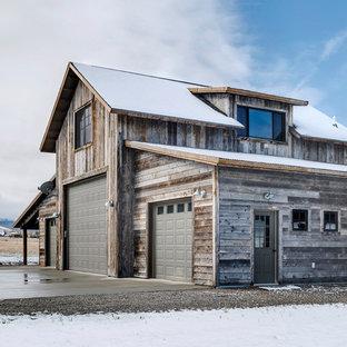 Exempel på ett rustikt grått hus, med två våningar, sadeltak och tak i metall