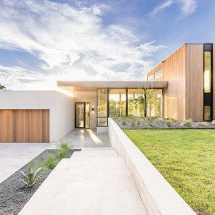 Cette image montre une façade en bois marron design à niveaux décalés avec un toit plat.