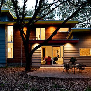 Diseño de fachada gris, vintage, grande, de dos plantas, con revestimiento de vinilo y tejado plano