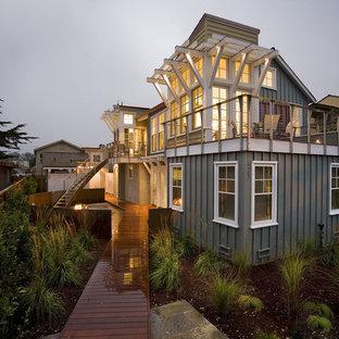Свежая идея для дизайна: деревянный вилла дом в морском стиле - отличное фото интерьера
