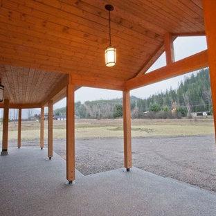 Ispirazione per la facciata di una casa unifamiliare marrone rustica a due piani di medie dimensioni con rivestimento in legno, tetto a capanna e copertura a scandole