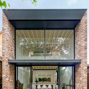 Idéer för mellanstora funkis flerfärgade hus, med två våningar, tegel, platt tak och tak i metall