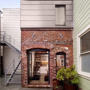Foto de fachada de piso contemporánea con revestimiento de ladrillo