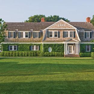 Свежая идея для дизайна: огромный, двухэтажный, деревянный дом в викторианском стиле с мансардной крышей - отличное фото интерьера