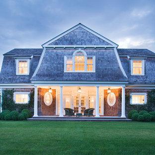 Идея дизайна: большой, двухэтажный, деревянный дом в викторианском стиле с мансардной крышей