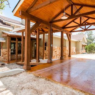 Diseño de fachada de casa verde, rústica, de tamaño medio, de una planta, con revestimientos combinados y tejado de varios materiales