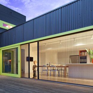 Esempio della facciata di una casa nera contemporanea a due piani con rivestimento in metallo