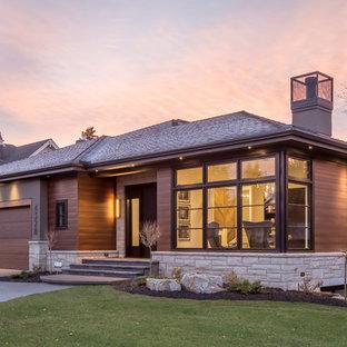 Idee per la facciata di una casa unifamiliare marrone contemporanea a due piani con rivestimenti misti, tetto a padiglione e copertura a scandole
