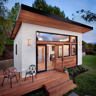 Inspiration för ett litet funkis vitt hus, med allt i ett plan och pulpettak