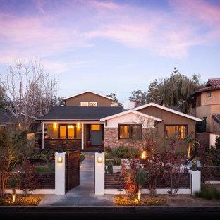 Ejemplo de fachada multicolor, tradicional renovada, de tamaño medio, de una planta, con revestimientos combinados y tejado a dos aguas